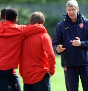 Arsene Wenger tanácsokkal látja el játékosait