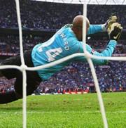 Tim Howard véd a Wembley-ben