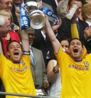 John Terry és Frank Lampard az FA Kupa serlegével