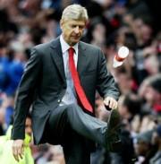 Arsene Wenger a rúgás pillanatában