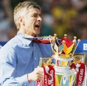 Arsene Wenger a Premier League trófeájával